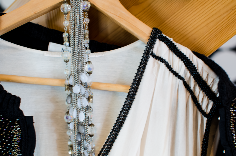 20 tals stil, klänning och halsband