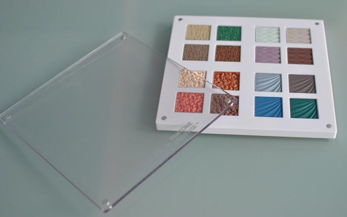 Sephora och Pantone ögonskuggspaletten har et smart plexiglas lock med mangeter
