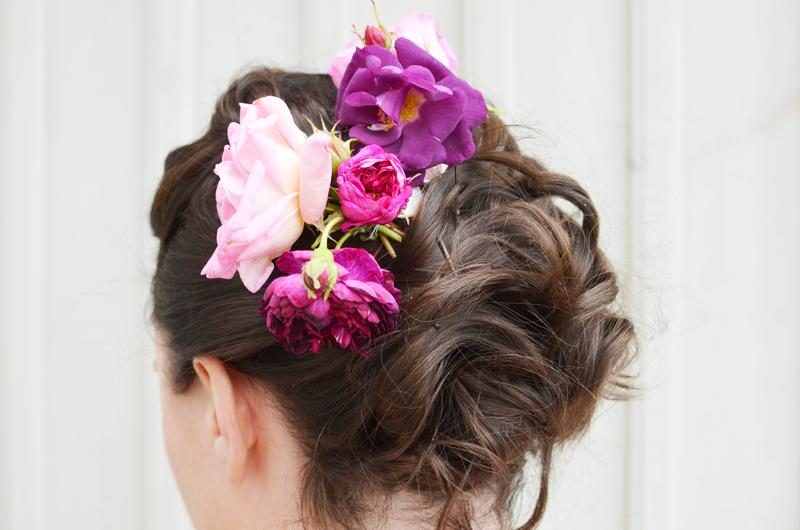 håruppsättning-för-kort-hår-med-blommor